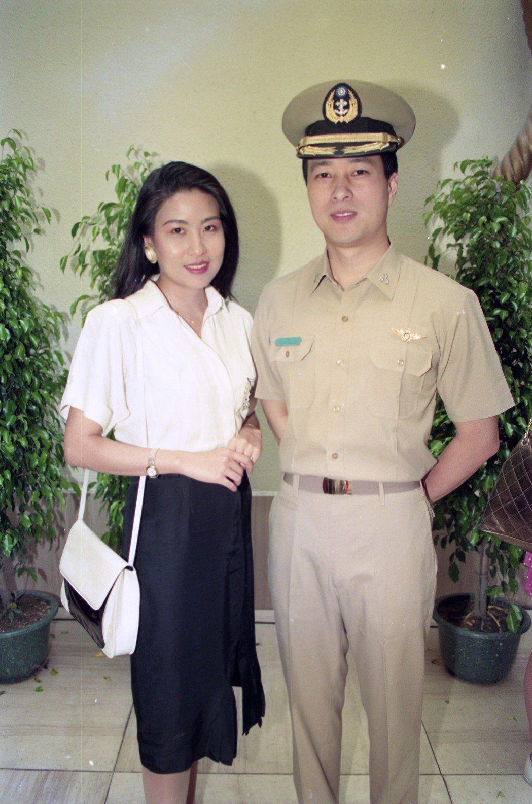 姜厚任(右)當年是中視當家小生,主演八點連續劇「軍官與淑女」穿軍服亮相。本報資料