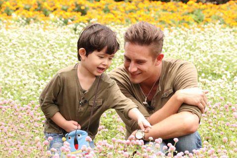 親子實境節目近年持續發燒,韓國的「我的超人爸爸」、「爸爸!我們去哪裡?」,到大陸的「爸爸去哪兒」、「媽媽是超人」等,如今台灣也要推出親子實境節目,中天看準暑假檔期,推出全台首創親子實境秀外景節目「跟...