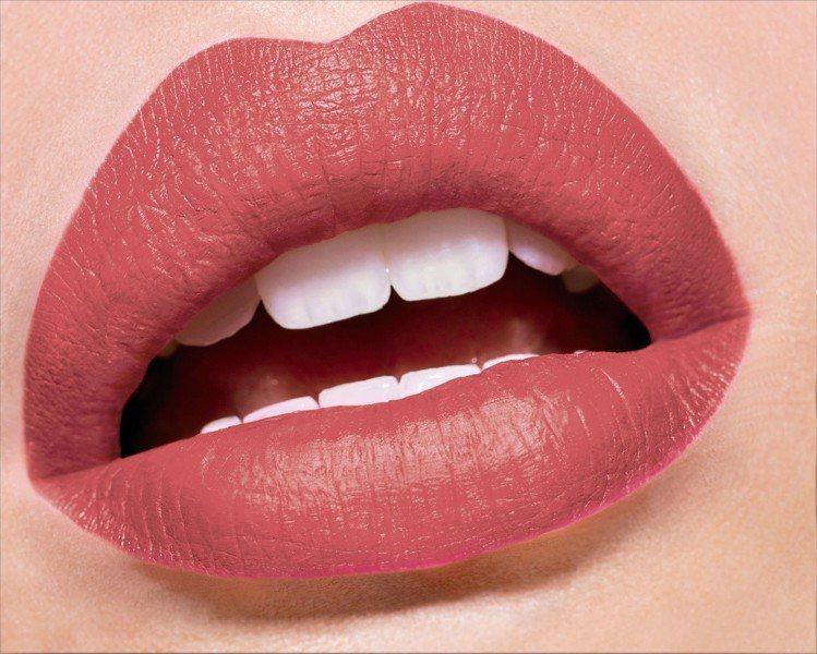 L'Oreal Paris巴黎萊雅恆彩訂製絲絨唇露為雙唇染上微醺柔霧光。圖/巴黎...