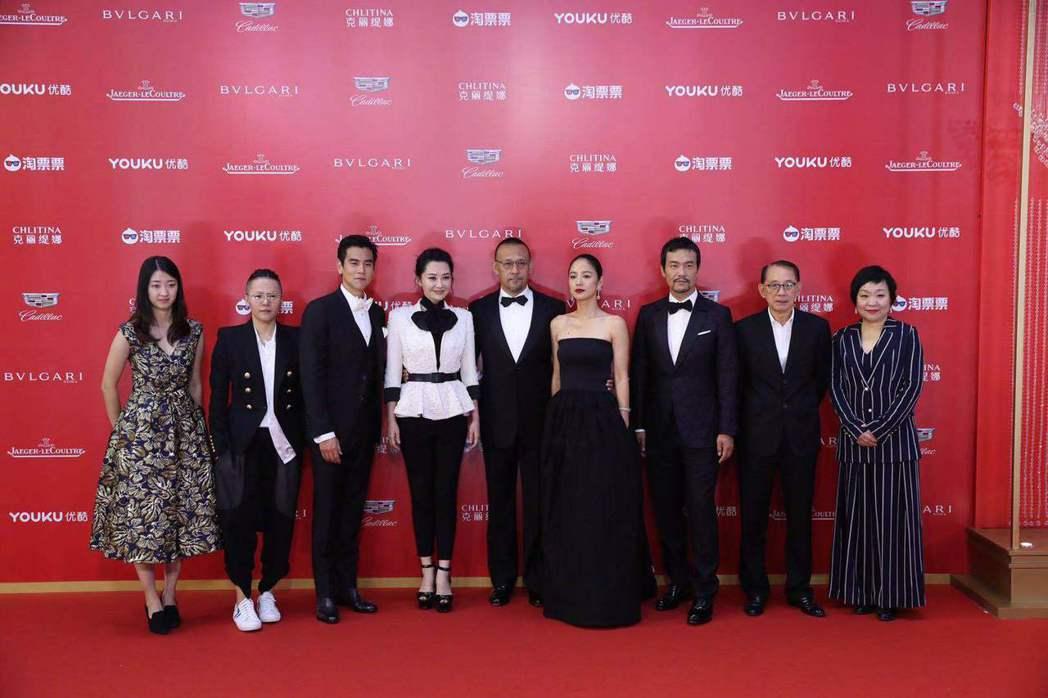 姜文和新作「邪不壓正」的主角彭于晏等一起出席上海電影節開幕。圖/摘自看電影微博