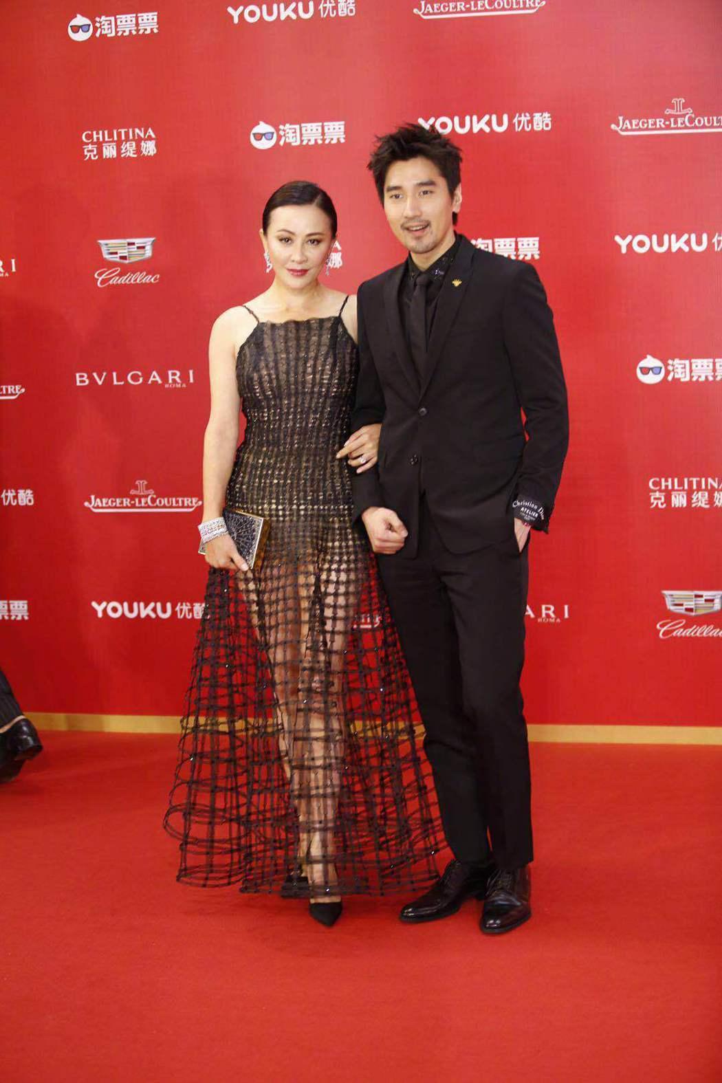 劉嘉玲與趙又廷走上紅地毯。圖/摘自看電影微博