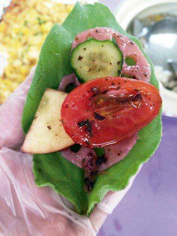冰菜葉子搭配蔬果,淋上苦茶油調味,入口非常清爽。 圖╱金椿茶油工坊提供