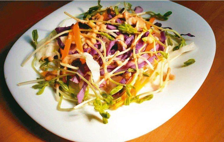堅果醬汁亦可加入天然釀造的醬油,當成沙拉醬,拌入紅綠紫蔬菜集錦中。