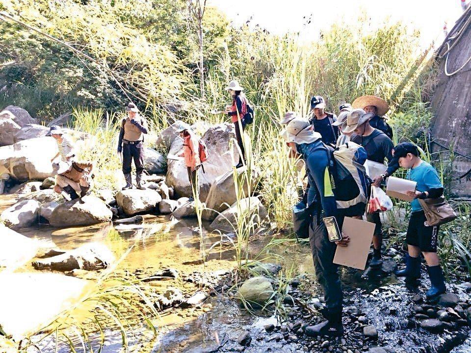 野溪整治後面目全非,水保局台東分局與荒野保護協會合作,帶工程人員與民眾走進野溪踏...