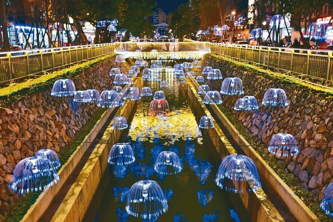 台中綠川年初開幕時,曾掛上水母燈造景,營造特殊氛圍。 圖/台中市府提供
