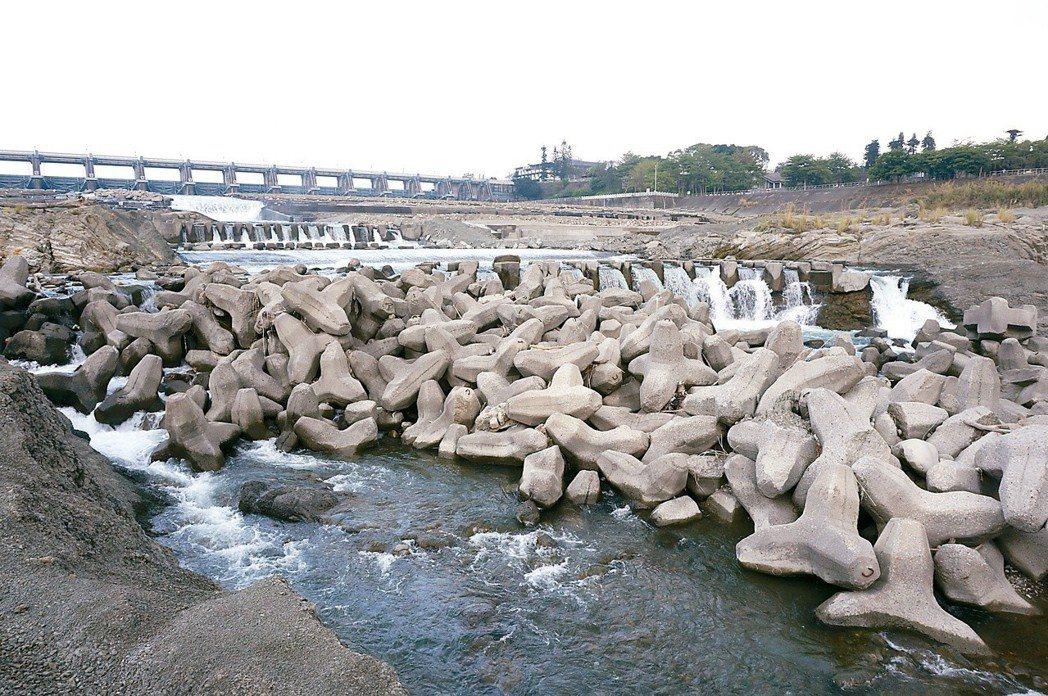 傷痕累累的大甲溪河床,從上游到下游有六道壩體,前瞻建設續推「大安、大甲溪水源聯合...