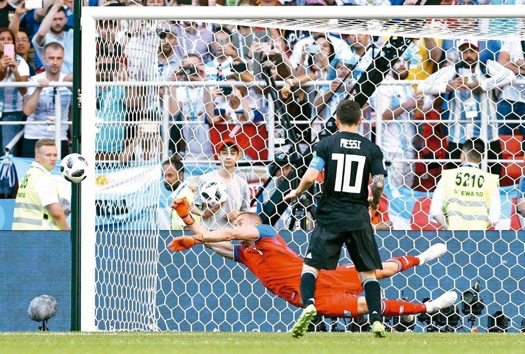阿根廷梅西(前)十二碼球,被冰島門將荷杜森(後)擋下。 路透