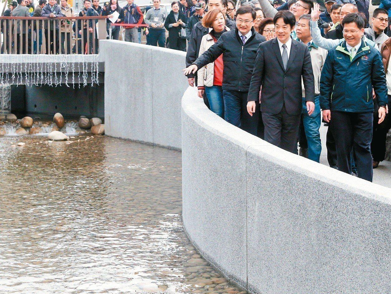行政院長賴清德(前左)與台中市長林佳龍(前右)巡視綠川。 記者黃仲裕/攝影