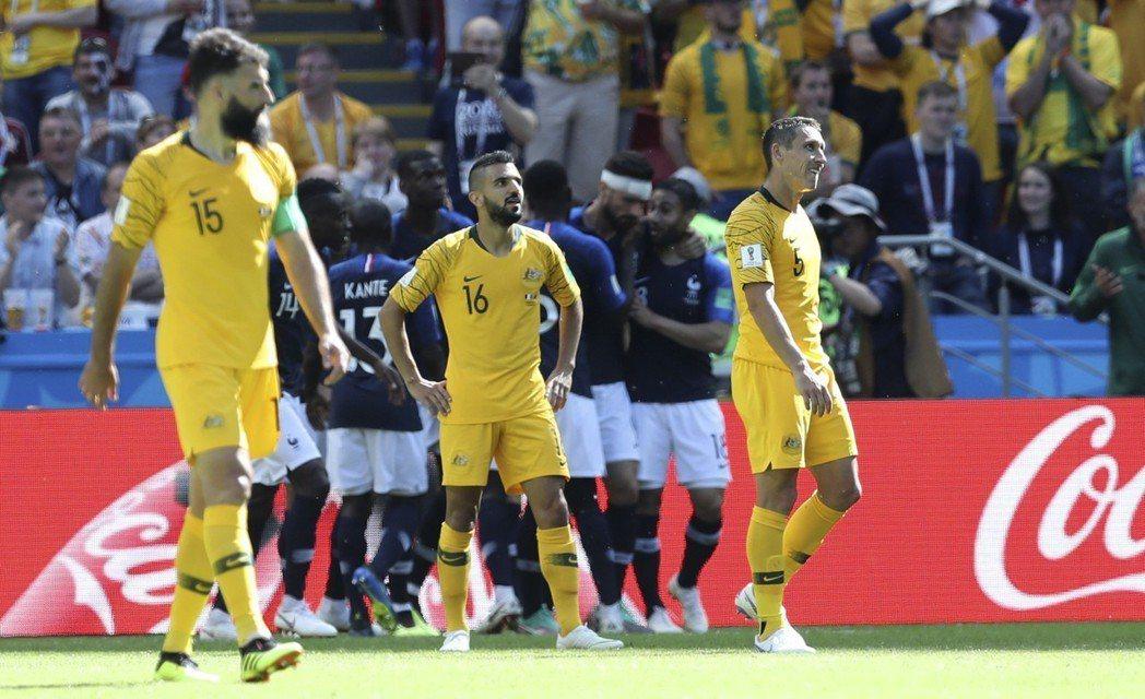 法國致勝球改判為澳洲貝西克(中)烏龍球。 美聯社