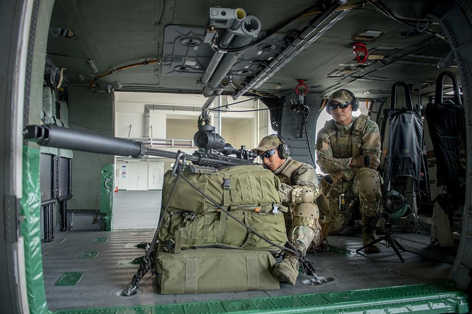 陸航602旅展示搭配黑鷹直升機的空中狙擊組,但架槍方式,以及槍口裝上消音器,卻也...