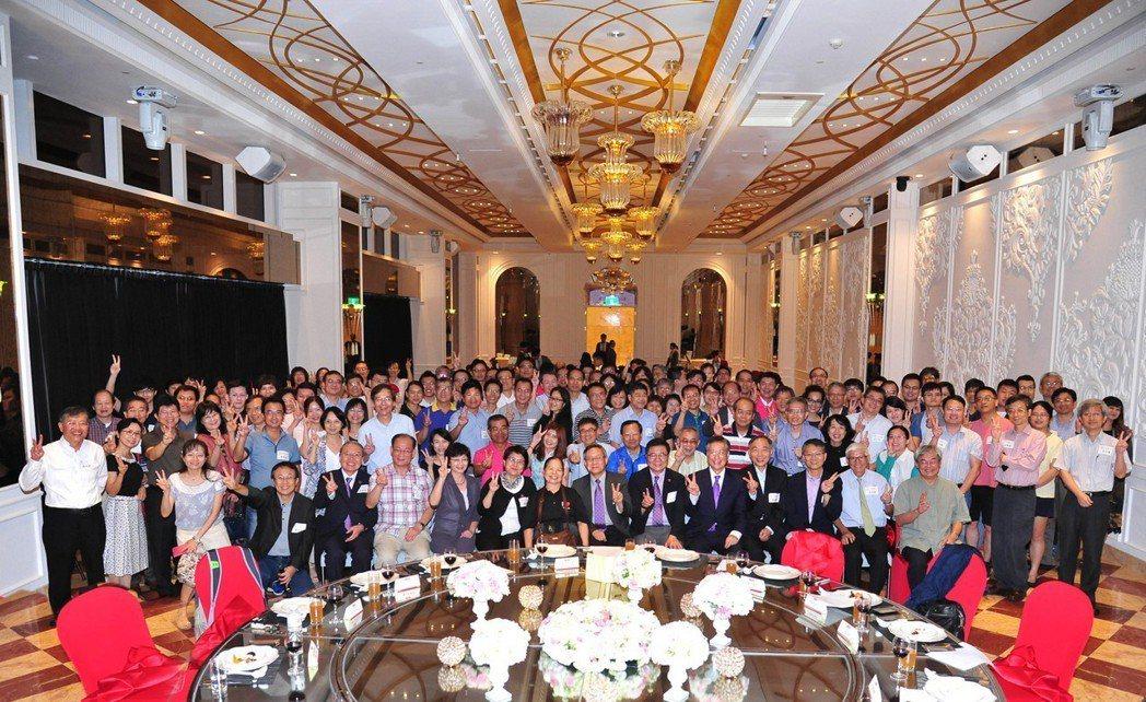 陳樹菊(前排中)獲頒清大榮譽校友,清華大學同時舉辦南部校友成立大會,在場150多...