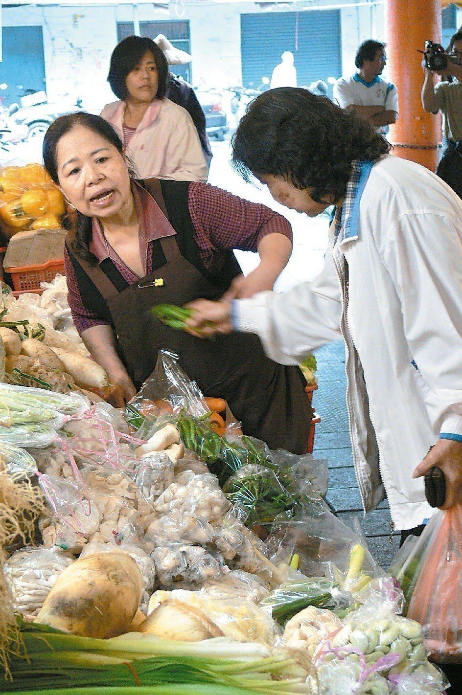 「3把50喔!」陳樹菊(左)2010年到美國領獎後回台,馬上到菜攤賣菜,熱情叫賣...