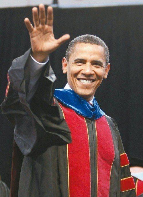 歐巴馬2009年5月13日出席亞利桑那州立大學春季畢業典禮,但未獲榮譽學位,該校...