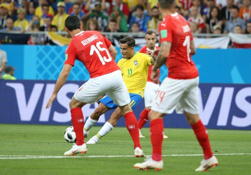 巴西隊庫蒂尼奧先拔頭籌,替巴西拿下第一分。新華社