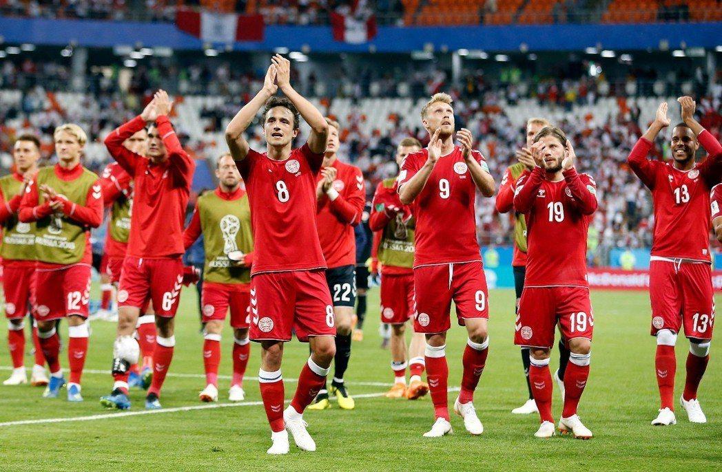 丹麥17日在俄羅斯世足賽首戰對上秘魯,終場以1:0贏球,球員感謝全場球迷。 歐新...