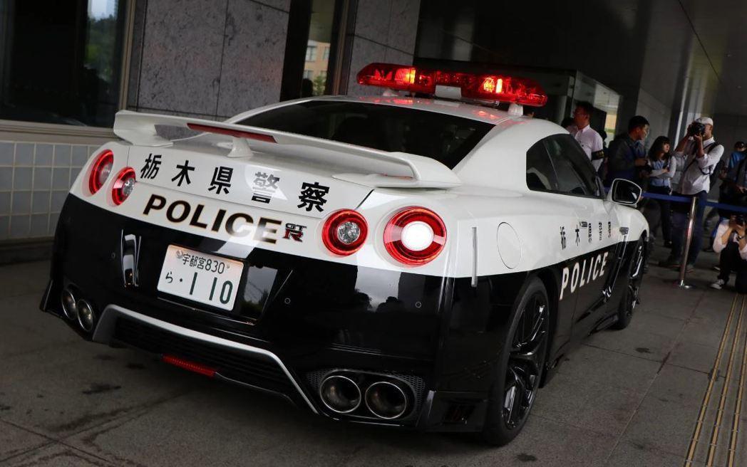 GT-R警車啟用,現場也聚集許多媒體民眾搶拍。 摘自carscoops