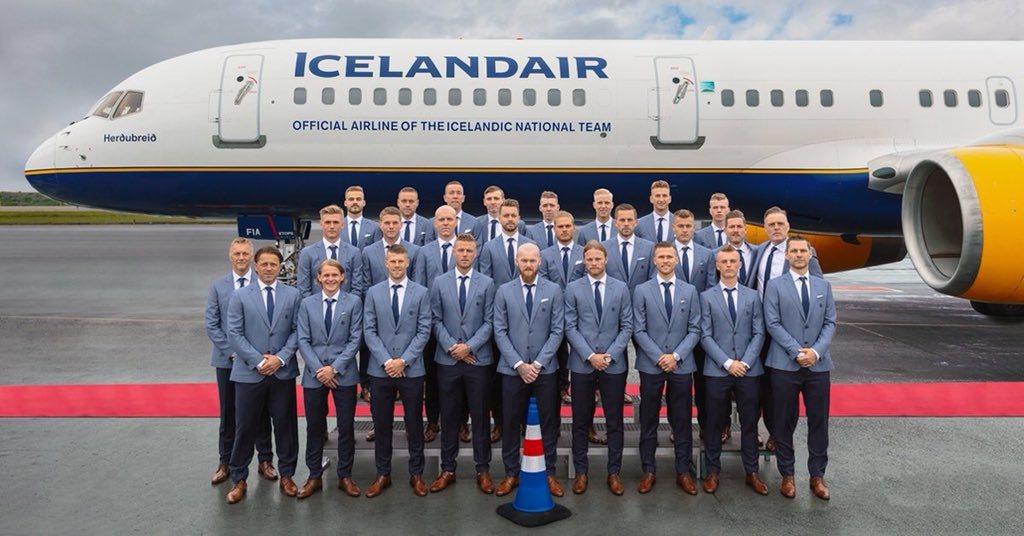 冰島隊出發世足賽前合影,「路障」放在最前面中央位置。 擷圖自Michael Ho...