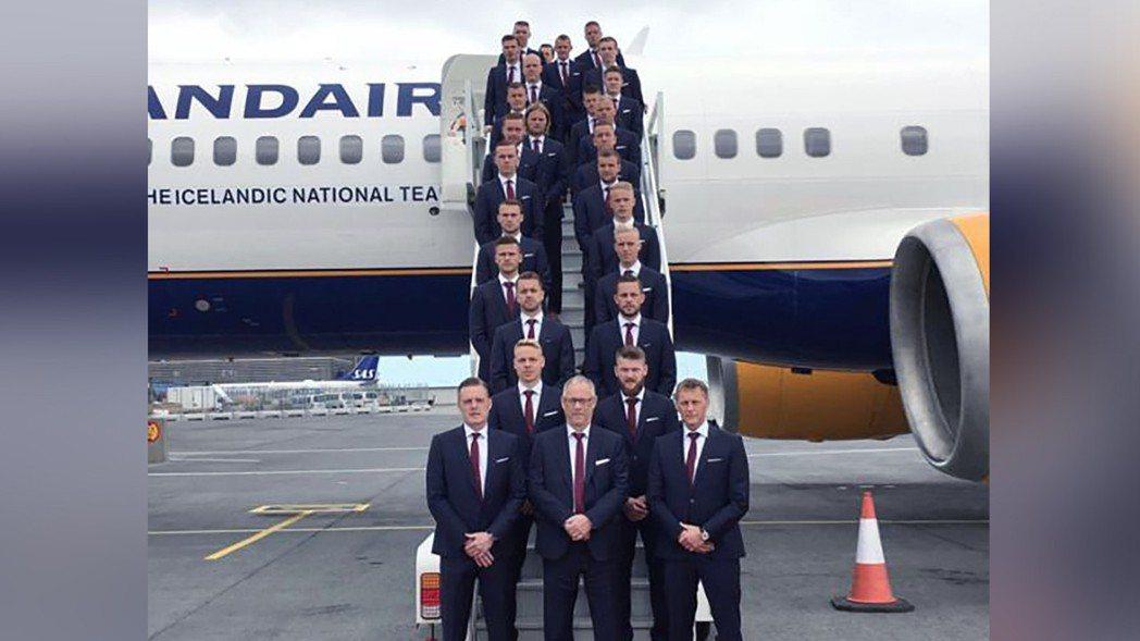 冰島2016年出發前往歐洲國家盃時,旁邊有個橘白相間的機場三角錐「路障」。 新華...