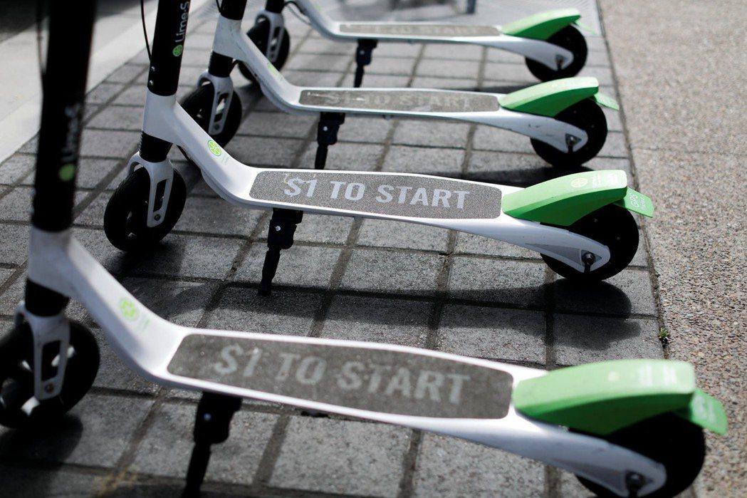 美國加州聖地牙哥市的人行道上停著幾輛Lime電動滑板車。 (路透)