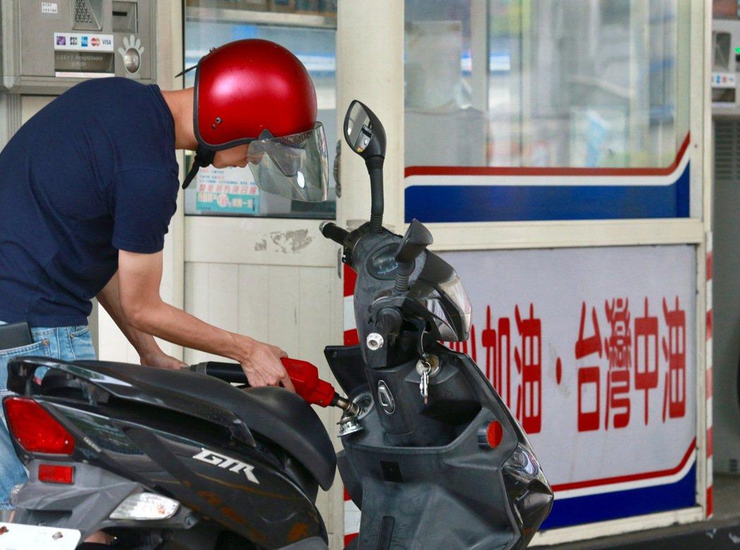 想省油錢,第一步就是要學會自己加油。圖╱聯合報系資料照片