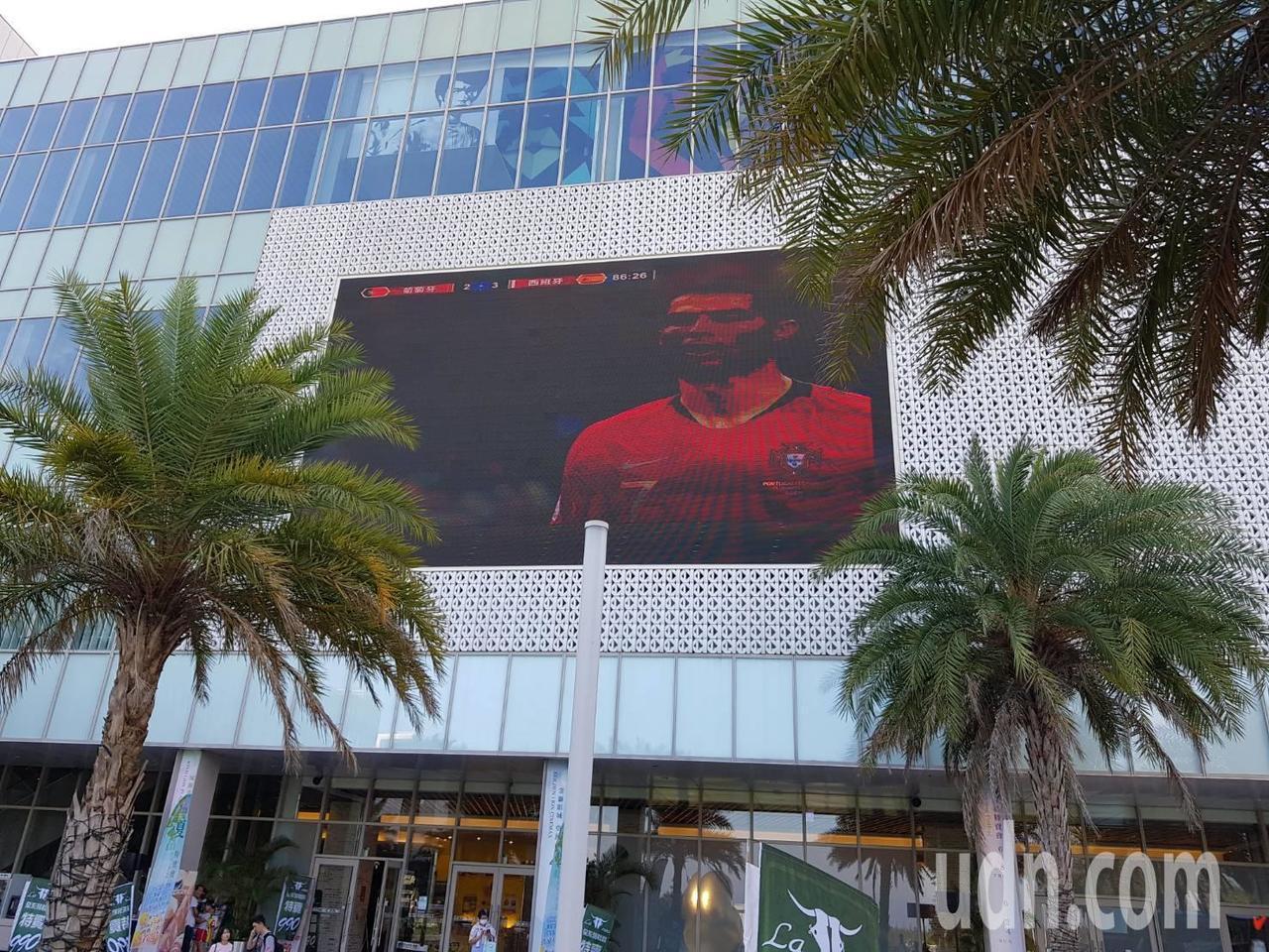 「世界盃足球賽」又來了,台開集團特別取得愛爾達電視轉播權,昨起在金門風獅爺商店街...