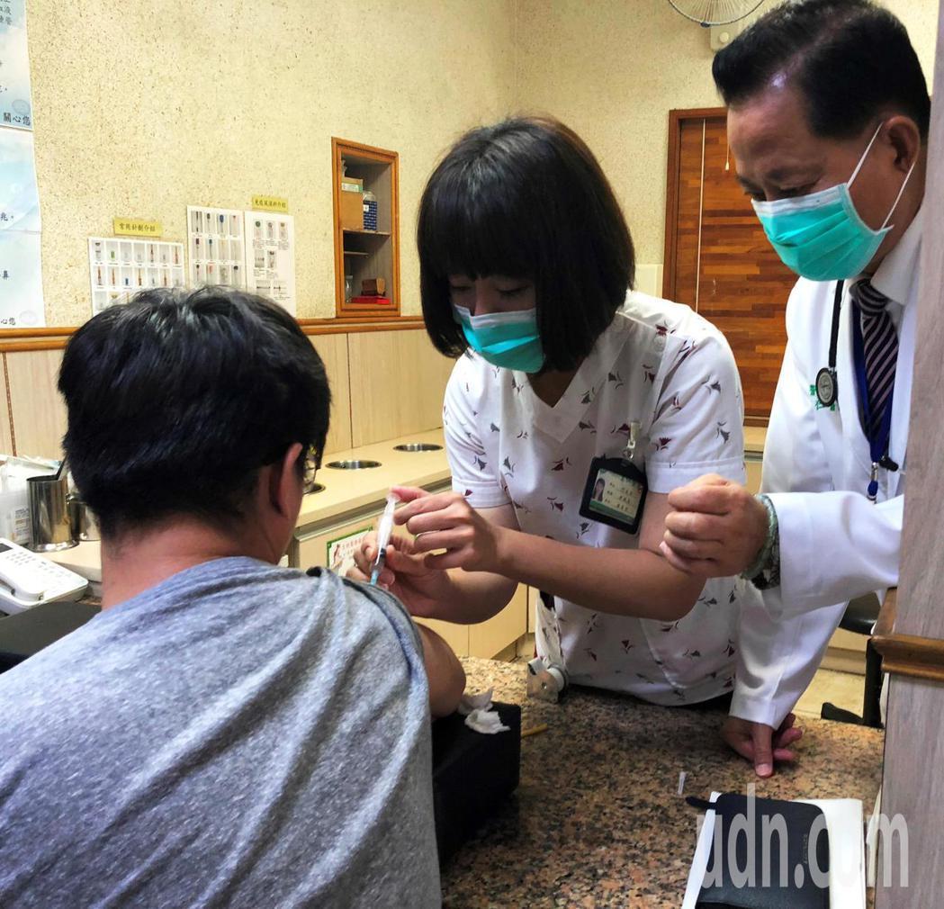 賴先生接受注射白血球生長激素,為日後骨髓捐贈做準備。記者凌筠婷/攝影