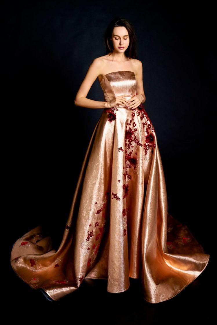 夢幻仙境系列玫瑰金雕刻蕾絲刺繡晚禮服。圖/蘇菲雅SophiaRitz提供