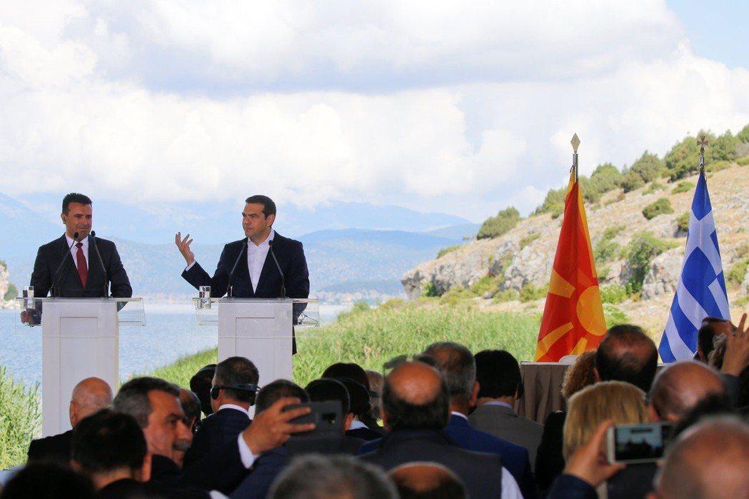 希臘總理齊普拉斯與馬其頓總理薩耶夫17日在兩國邊境關口,簽署馬其頓更改國名協議。...