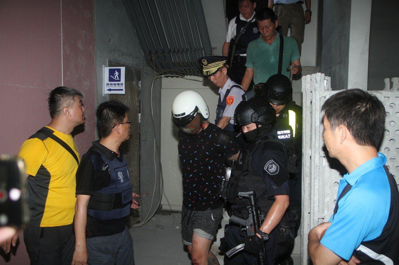 楊政勳(戴安全帽者)逃亡10小時就逮。記者曹馥年/攝影