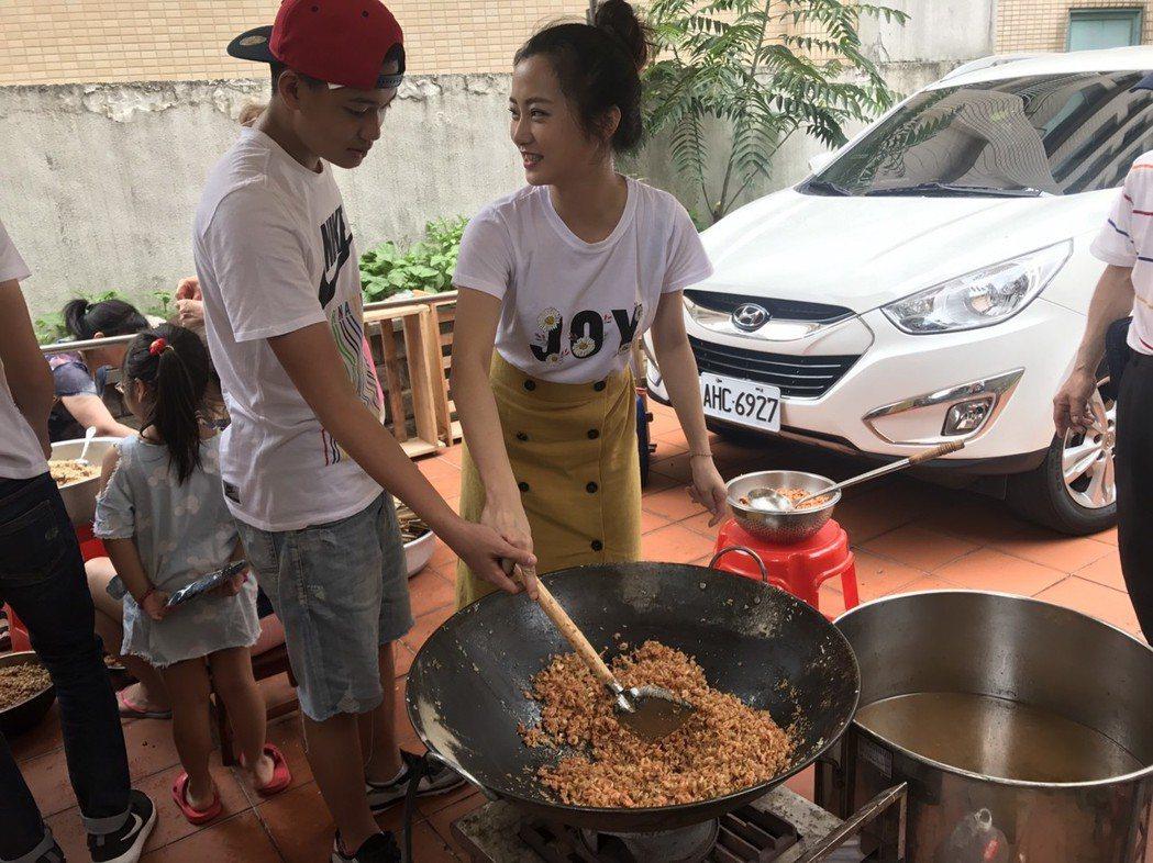 趙小僑、劉子銓母子一起翻炒粽子餡料。圖/修毅提供
