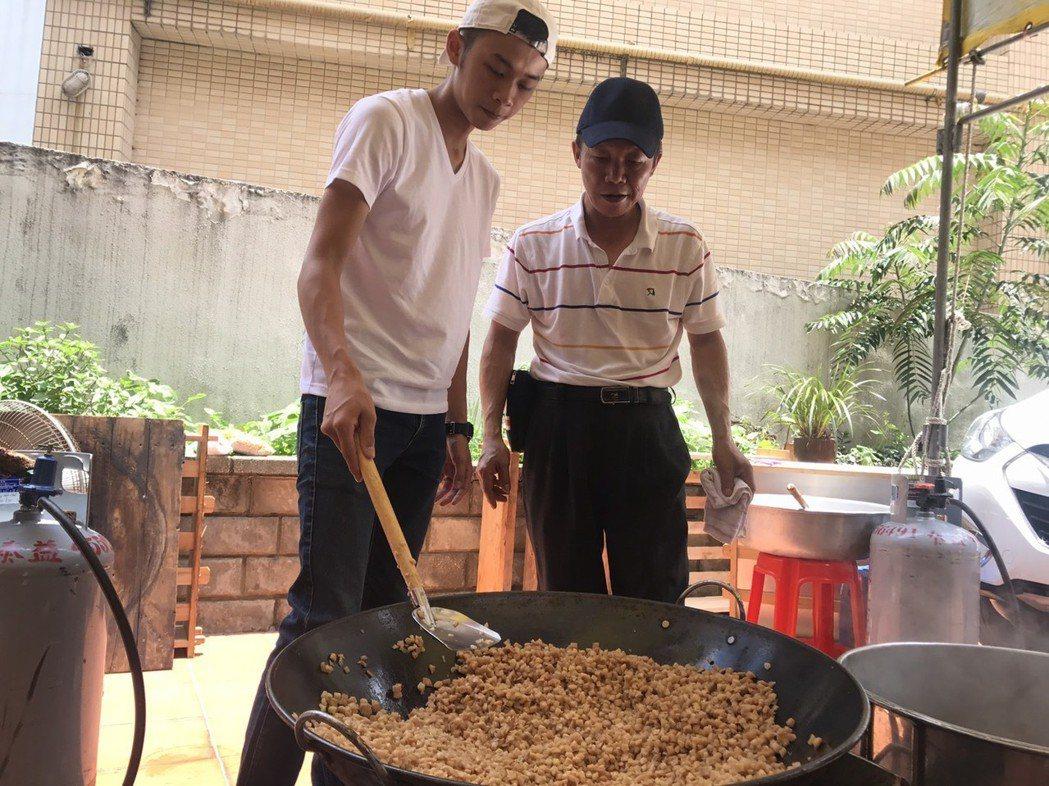 吳政迪在總舖師爸爸指導下翻炒粽子餡料。圖/修毅提供