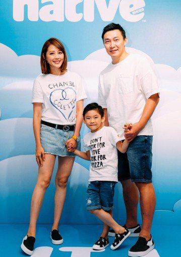 嚴立婷日前帶著老公和兒子出席活動,她穿著白色T-shirt,上面印著香奈兒logo。今天卻被「鏡週刊」發現,這件白色T-shirt是假貨,其中一個字母「E」左右相反。嚴立婷坦言,這件衣服是韓國代購的...
