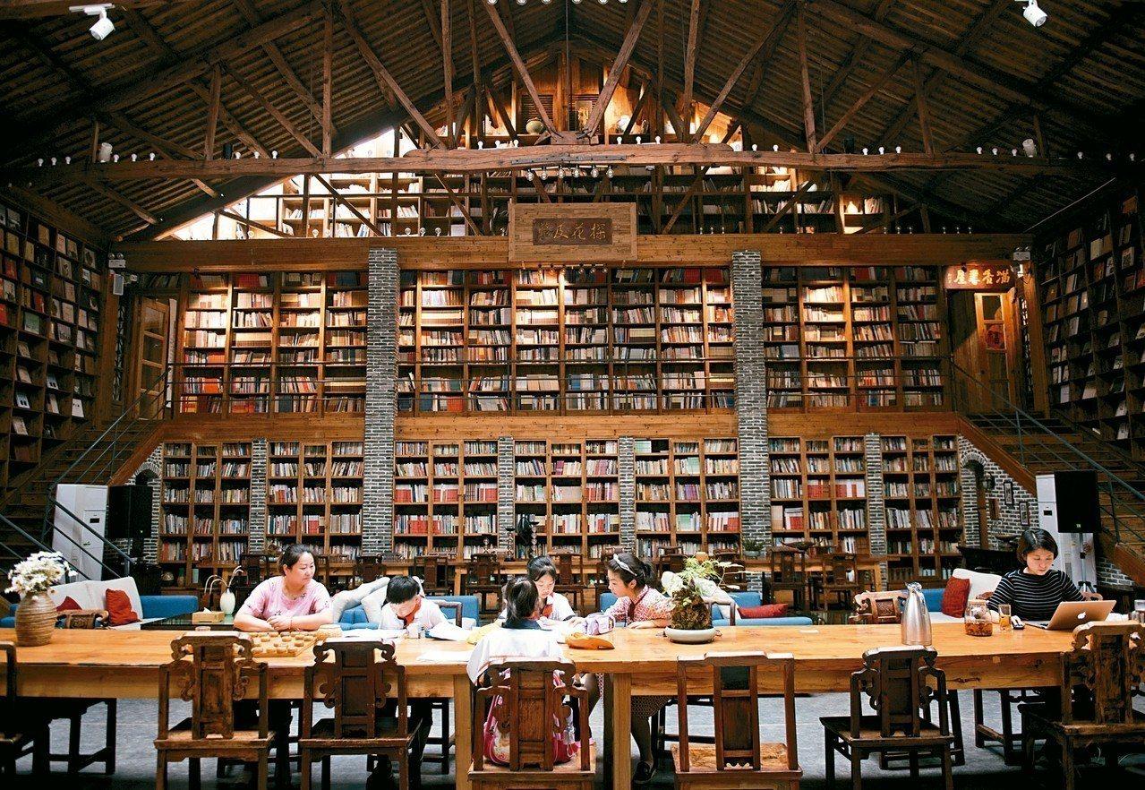 金車文教基金會上周公布調查顯示,逾6成國內青少年每周課外閱讀時間不到1小時,且過...
