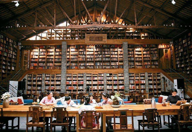 金車文教基金會上周公布調查顯示,逾6成國內青少年每周課外閱讀時間不到1小時,且過半數去年沒買過課外書,凸顯在考試及課業壓力下,國內青少年普遍沒有課外閱讀習慣,家長也不鼓勵,無法以身作則、親子共讀。
