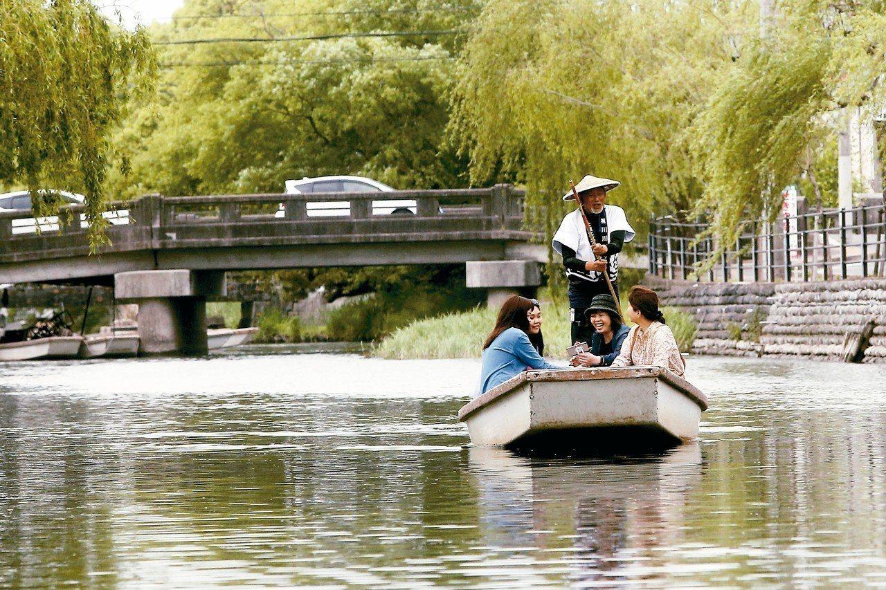 原為護城河的柳川,因為公務員的遠見,如今成了為當地居民賺觀光財的愜意風景,搭船遊...
