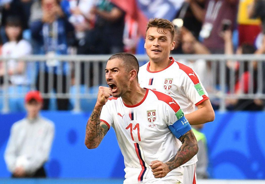 塞爾維亞隊長克拉羅夫(左)起腳的自由球躍過哥斯大黎加人牆,讓塞爾維亞收下相隔八年...