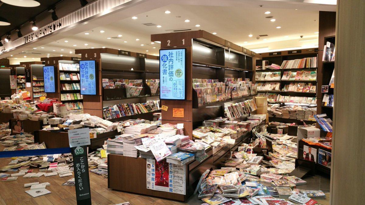 日本大阪18日發生強震,一書店書籍散落一地。圖/推特