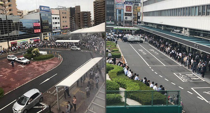 日本大阪18日一早發生強震,JR暫停行駛,人們從車站疏散。 圖/推特