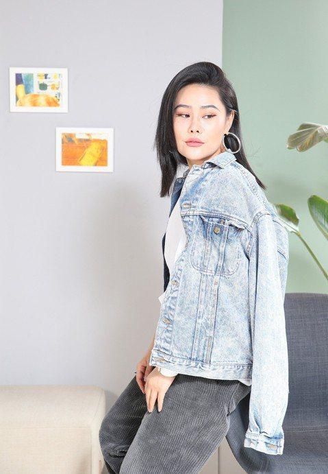 「中國好聲音」一鳴驚人後,袁婭維去年底為電影「前任3:再見前任」演唱的主題曲「說散就散」,更在大陸騰訊創下超過16億次點擊率的超高紀錄,挾著輝煌紀錄來台宣傳新作「TIARA」,她接受本報專訪時也坦言...