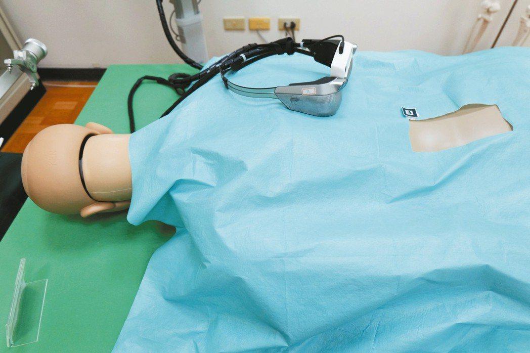 醫師戴上「智慧骨科手術眼鏡」,在處理危險程度高的脊椎手術時,有助提高下刀精準度。...