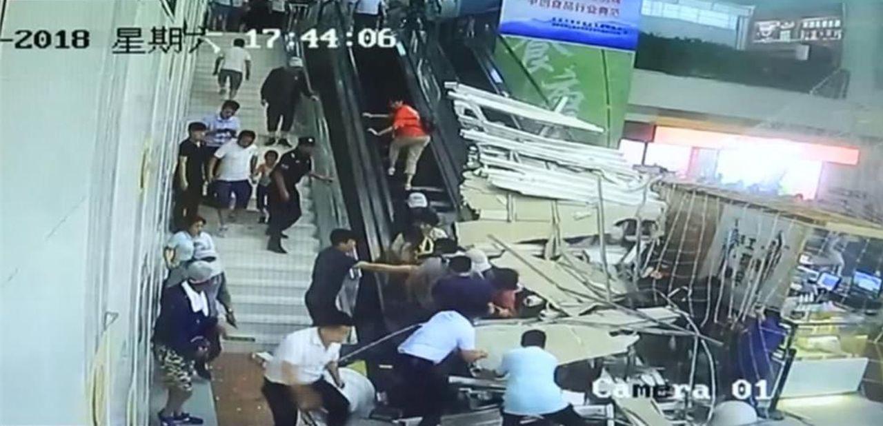 大陸陝西華山景區遊客中心,16日下午天花板突然崩塌,共砸傷9名遊客。擷取影片