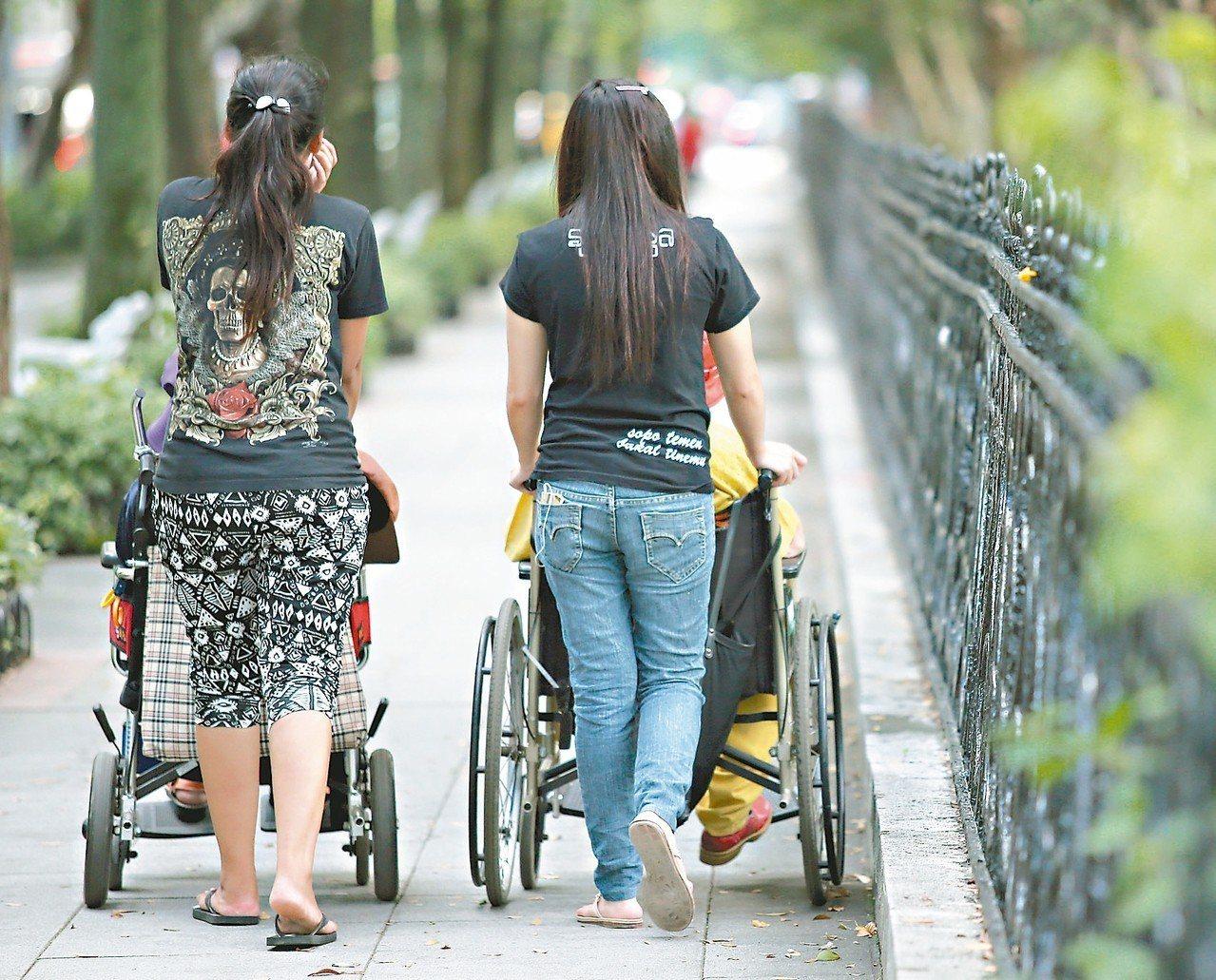 全台已有24萬名外籍家庭看護,在公園、車站等都可見到她們陪伴台灣老人的身影。 報...