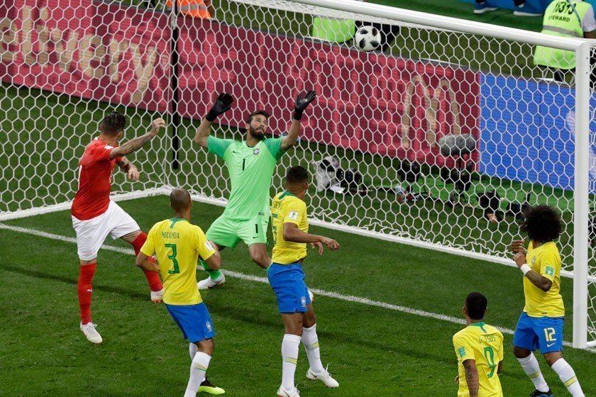 瑞士中場蘇巴(左)在50鐘時精彩的頂球將比數追平,也讓巴西踢得更加浮躁。 美聯社