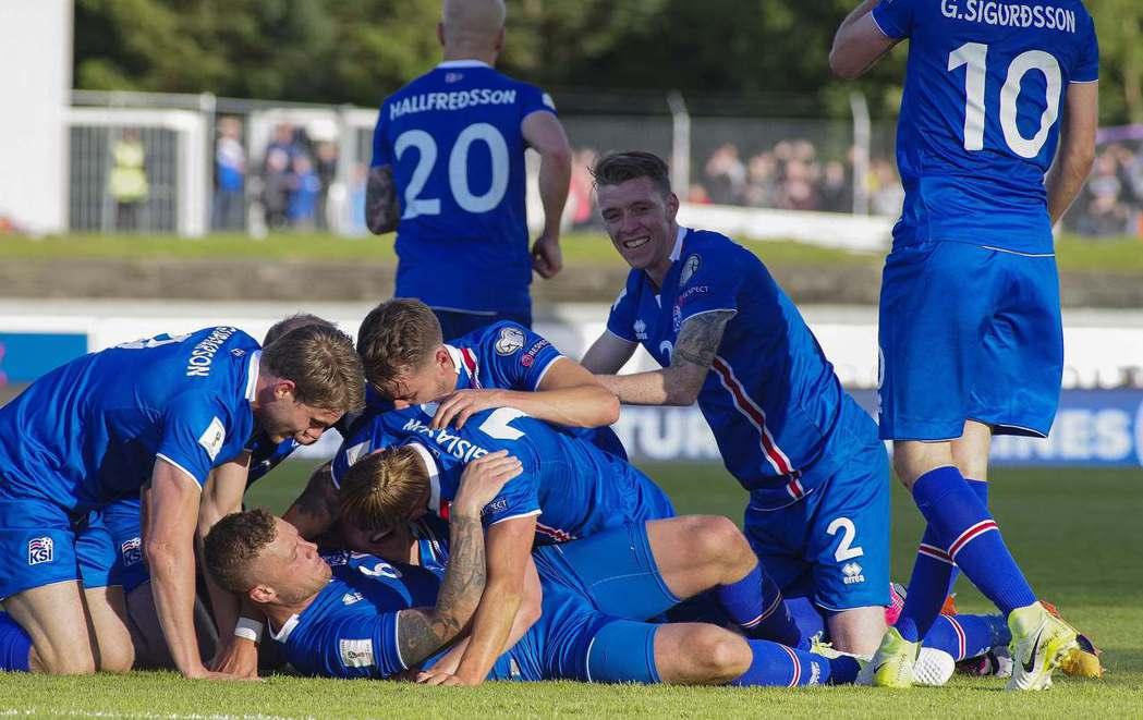 冰島球員慶祝勝利超誇張,圖為去年世足賽資格賽冰島獲勝慶祝。 路透