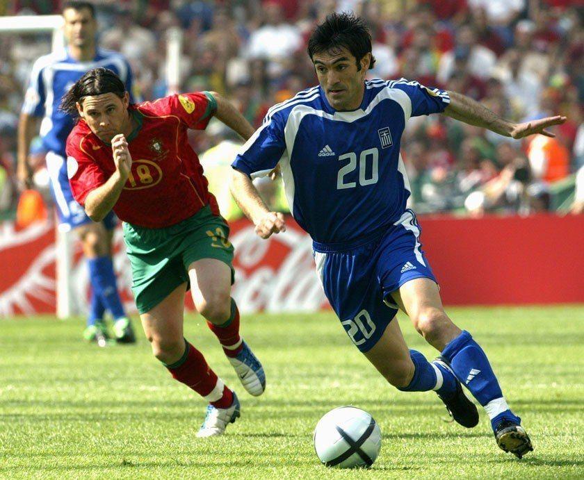 2004年歐洲國家杯希臘(藍色球衣)在首戰就爆冷打敗葡萄牙(紅色球衣),接下來用...