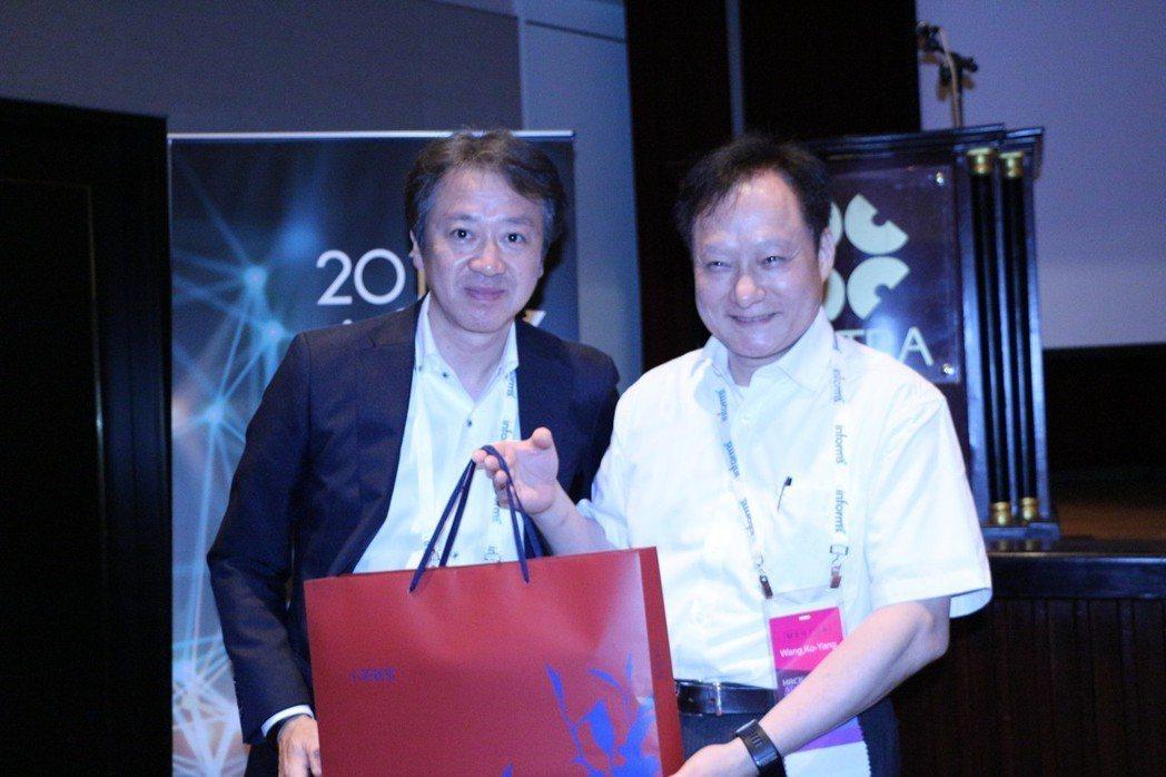 微軟日本技術長榊原彰(左),與台灣金融科技董事長王可言探討人工智慧策略與金融轉型...