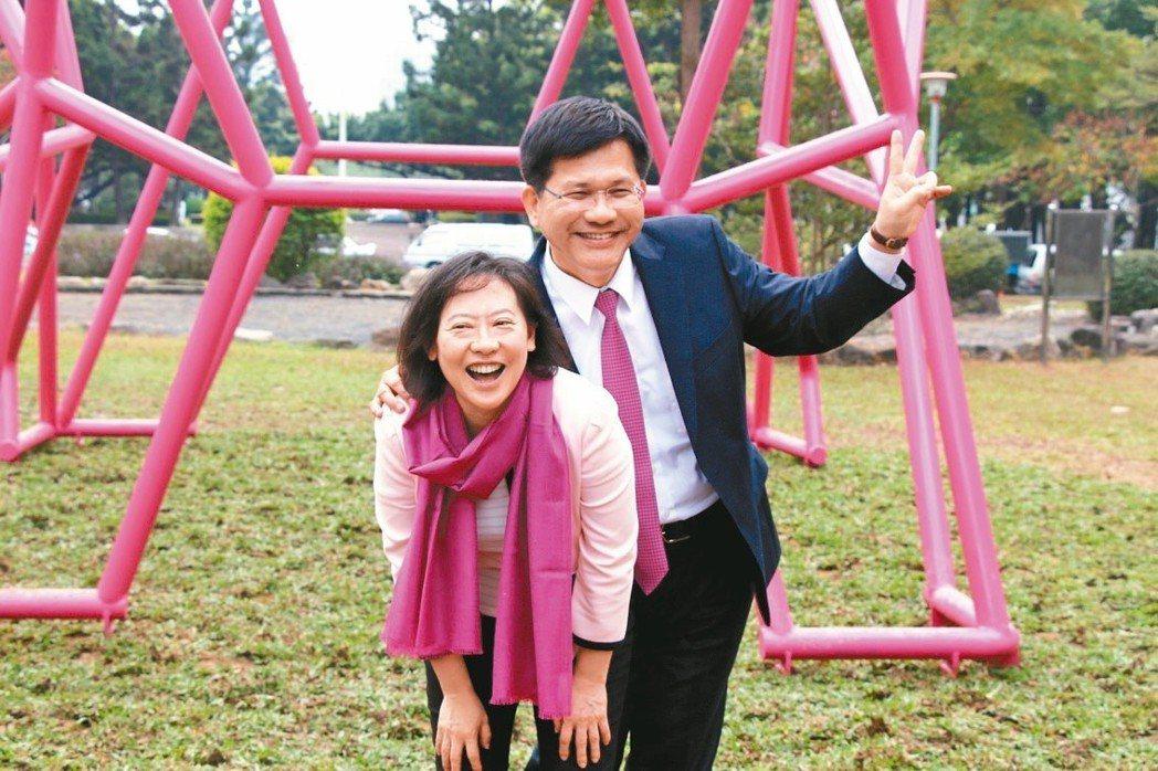 奇美博物館捐贈雕塑「法國鬥牛犬」給台中市,由奇美副館長廖婉如(左)捐給老公、台中...