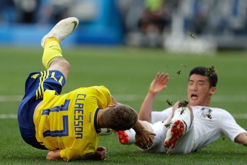 南韓後衛金民友(右)對克勞森(左)的絆人動作讓瑞典隊獲得12碼罰球機會,其實看他...
