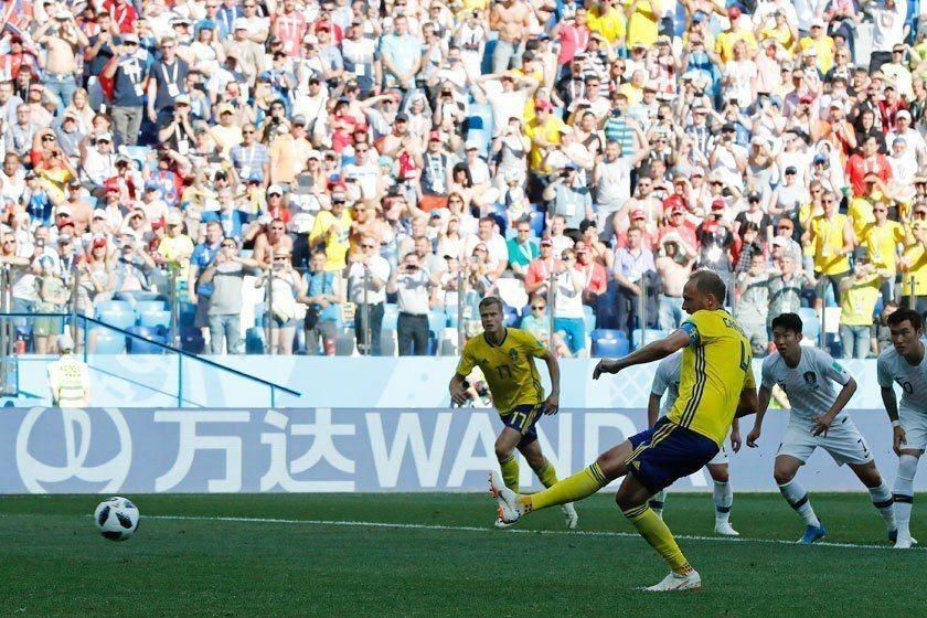 瑞典隊後衛格蘭奎費斯特(前)把握住12碼罰球機會,穩穩把這顆致勝球踢進。 美聯社