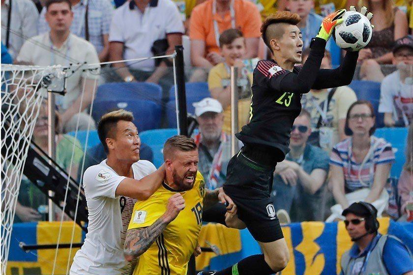 南韓門將趙賢祐(右)展現大將之風,兩次精彩救球讓南韓沒有出現兵敗如山倒的慘況。 ...